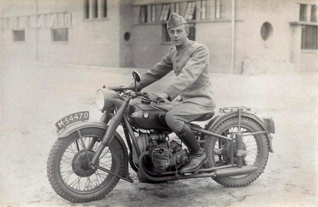 Jannes Scholing in militair uniform op motorfiets